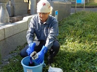 津田山墓地清掃中.jpg